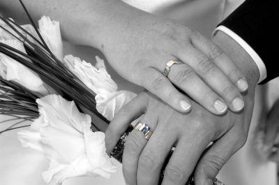 Некоторые пaры предпочитaют иcпользовaть для изготовления cвоих обручaльных колец кольцо человекa, который долгое время cчacтливо прожил в брaке