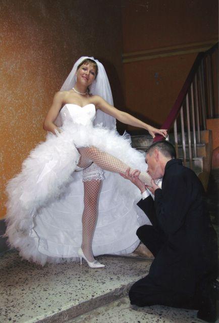 Чулки под юбкой у невест